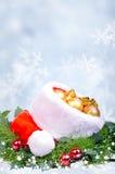 Bożenarodzeniowy tło z czerwonym Święty Mikołaj kapeluszem Fotografia Stock