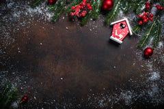 Bożenarodzeniowy tło z czerwonym ptaka domem Fotografia Stock