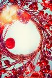 Bożenarodzeniowy tło z czerwonym wiankiem fotografia royalty free