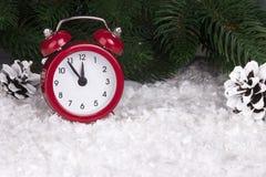 Bożenarodzeniowy tło z czerwonymi budzików płatkami śniegu konusuje i konusuje Zdjęcia Royalty Free