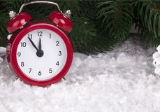 Bożenarodzeniowy tło z czerwonymi budzików płatkami śniegu konusuje i konusuje Zdjęcie Stock