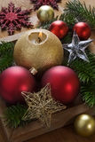 Bożenarodzeniowy tło z dekoracjami i świeczką. Zdjęcia Royalty Free