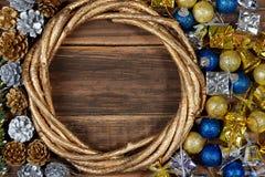 Bożenarodzeniowy tło z dekoracjami i prezentów pudełkami na drewnianym b Zdjęcia Stock