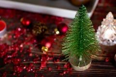 Bożenarodzeniowy tło z dekoracjami na drewnianym stole z ciepłym zdjęcie stock