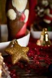 Bożenarodzeniowy tło z dekoracjami na drewnianym stole z ciepłym obrazy royalty free