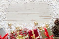 Bożenarodzeniowy tło z dekoracjami, prezentów pudełkami i śniegiem na wo, Obrazy Royalty Free