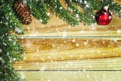 Bożenarodzeniowy tło z firtree na drewnie płatki śniegu Obrazy Royalty Free