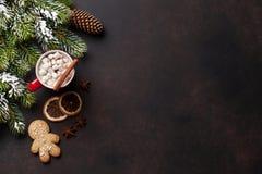Bożenarodzeniowy tło z gorącą czekoladą i marshmallow zdjęcie royalty free