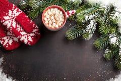 Bożenarodzeniowy tło z jedlinowym drzewem i gorącą czekoladą obraz stock