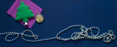Bożenarodzeniowy tło z kieszeniowych zegarków, herringbone i festiwalu koralikami, Fotografia Stock