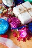Bożenarodzeniowy tło z kolorowymi dekoracjami, piłką i zabawką, Zdjęcie Stock