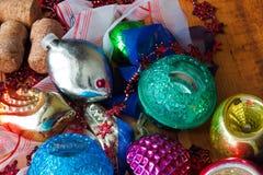 Bożenarodzeniowy tło z kolorowymi dekoracjami, piłką i zabawką, Zdjęcia Royalty Free