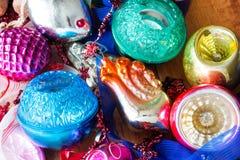 Bożenarodzeniowy tło z kolorowymi dekoracjami, piłką i zabawką, Obraz Royalty Free