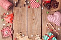Bożenarodzeniowy tło z nieociosanymi Bożenarodzeniowymi dekoracjami na drewnianym stole na widok Zdjęcie Stock