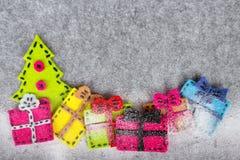 Bożenarodzeniowy tło z odczuwaną dekoracją: Choinka i kolorowi prezenty, Obraz Stock