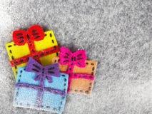 Bożenarodzeniowy tło z odczuwaną dekoracją: kolorowi prezenty, Zdjęcia Royalty Free
