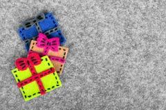 Bożenarodzeniowy tło z odczuwaną dekoracją: kolorowi prezenty Obraz Stock