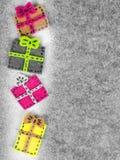 Bożenarodzeniowy tło z odczuwaną dekoracją: kolorowi prezenty, Obraz Stock