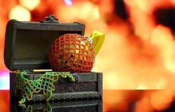 Bożenarodzeniowy tło z piłkami dekorował szklanych koraliki Zdjęcie Royalty Free