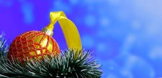 Bożenarodzeniowy tło z piłkami dekorował szklanych koraliki Zdjęcia Stock