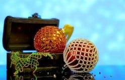 Bożenarodzeniowy tło z piłkami dekorował szklanych koraliki Obraz Royalty Free