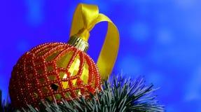 Bożenarodzeniowy tło z piłkami dekorował szklanych koraliki Fotografia Royalty Free