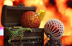 Bożenarodzeniowy tło z piłkami dekorował szklanych koraliki Obraz Stock