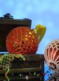 Bożenarodzeniowy tło z piłkami dekorował szklanych koraliki Fotografia Stock