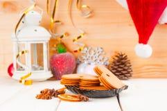 Bożenarodzeniowy tło z piernikowymi ciastkami, blaskiem świecy i S, obraz stock