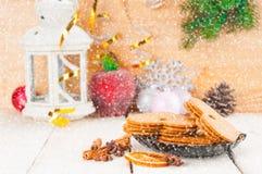 Bożenarodzeniowy tło z piernikowymi ciastkami i blask świecy un obraz stock