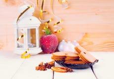 Bożenarodzeniowy tło z piernikowymi ciastkami i blaskiem świecy obrazy royalty free
