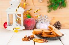 Bożenarodzeniowy tło z piernikowymi ciastkami i blaskiem świecy obraz stock