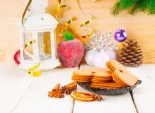 Bożenarodzeniowy tło z piernikowymi ciastkami i blaskiem świecy zdjęcia stock