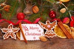 Bożenarodzeniowy tło z piernikowymi ciastkami i dekoracją Zdjęcia Royalty Free