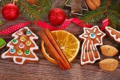 Bożenarodzeniowy tło z piernikowymi ciastkami i dekoracją Obraz Stock