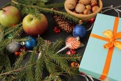 Bożenarodzeniowy tło z prezent dekoracjami i pudełkiem zdjęcie stock