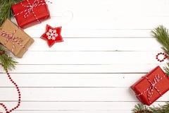 Bożenarodzeniowy tło z prezent dekoracjami na białym wo i pudełkami Fotografia Royalty Free