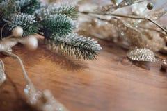 Bożenarodzeniowy tło z sosnową świerkową jodłą rozgałęzia się z błyszczącym de obrazy stock