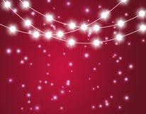 Bożenarodzeniowy tło z xmas światłami Wektorowa rozjarzona girlanda na czerwonym tle z połysk cząsteczkami royalty ilustracja
