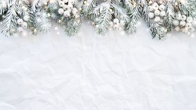 Bożenarodzeniowy tło z xmas drzewem na bielu marszczył tło Wesoło boże narodzenia kartka z pozdrowieniami, rama, sztandar zdjęcia stock