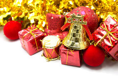 Bożenarodzeniowy tło z złotego dzwonu ornamentu i czerwień prezenta pudełkiem Zdjęcia Royalty Free