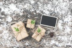 Bożenarodzeniowy tło z zawijającymi brown prezentów pudełkami z pustym miejscem wo Zdjęcie Stock