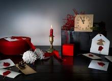 Bożenarodzeniowy tło z zegarem, śnieżnym jedlinowym drzewem i prezentów pudełkami nad drewnem, pisze list zaproszenia Święty Miko Obrazy Stock