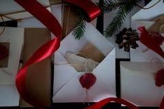 Bożenarodzeniowy tło z zegarem, śnieżnym jedlinowym drzewem i prezentów pudełkami nad drewnem, pisze list zaproszenia Święty Miko Zdjęcia Stock