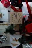 Bożenarodzeniowy tło z zegarem, śnieżnym jedlinowym drzewem i prezentów pudełkami nad drewnem, pisze list zaproszenia Święty Miko Zdjęcia Royalty Free
