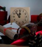 Bożenarodzeniowy tło z zegarem, śnieżnym jedlinowym drzewem i prezentów pudełkami nad drewnem, pisze list zaproszenia Święty Miko Obraz Royalty Free