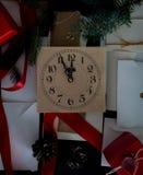 Bożenarodzeniowy tło z zegarem, śnieżnym jedlinowym drzewem i prezentów pudełkami nad drewnem, pisze list zaproszenia Święty Miko Fotografia Stock