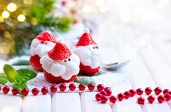 Bożenarodzeniowy truskawkowy Santa Śmieszny deser faszerujący z batożącą śmietanką zdjęcie stock