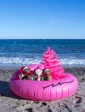Bożenarodzeniowy wakacje Przychodzi Szczęśliwych wakacji pocztówkowy projekt Niezwykły Bożenarodzeniowy projekta pojęcie fotografia stock
