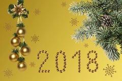 Bożenarodzeniowy wakacje skład na złocistym tle z z gałąź zakrywającą z śniegiem świerczyna fotografia royalty free